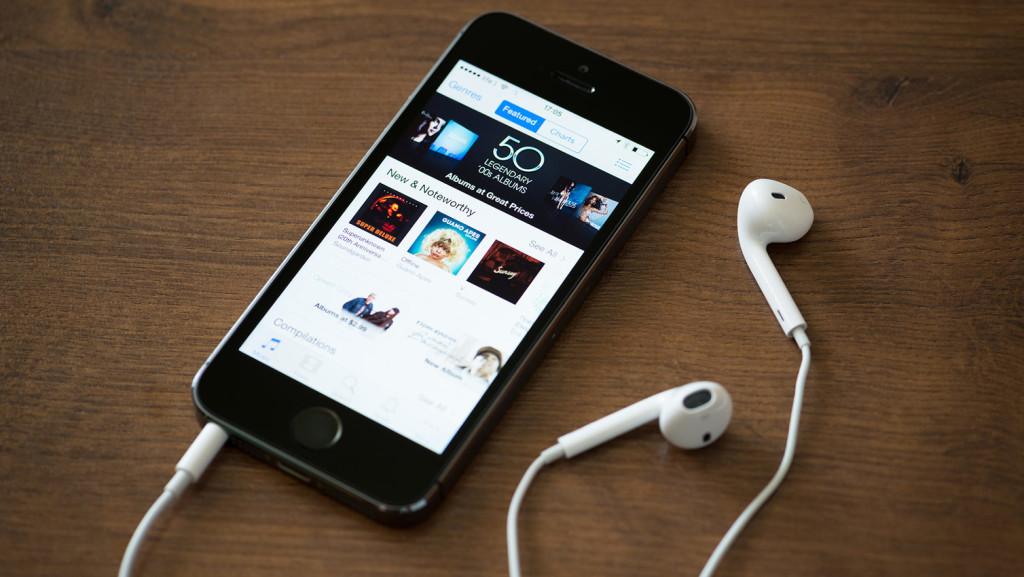 itunes-on-iphone-podcast-headphones-241-1024x577